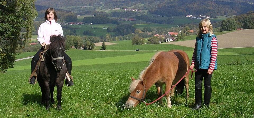 Ponyreiten auf dem Bauernhof in Bayern