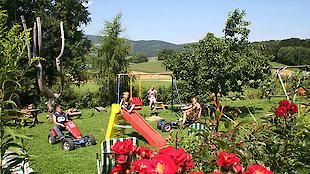 weitläufiger Garten mit vielen Spielgeräten