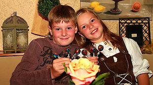 glückliche Kinder auf dem Bauernhof