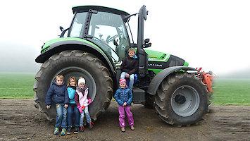 Traktorfahren auf dem Bauernhof in Bayern